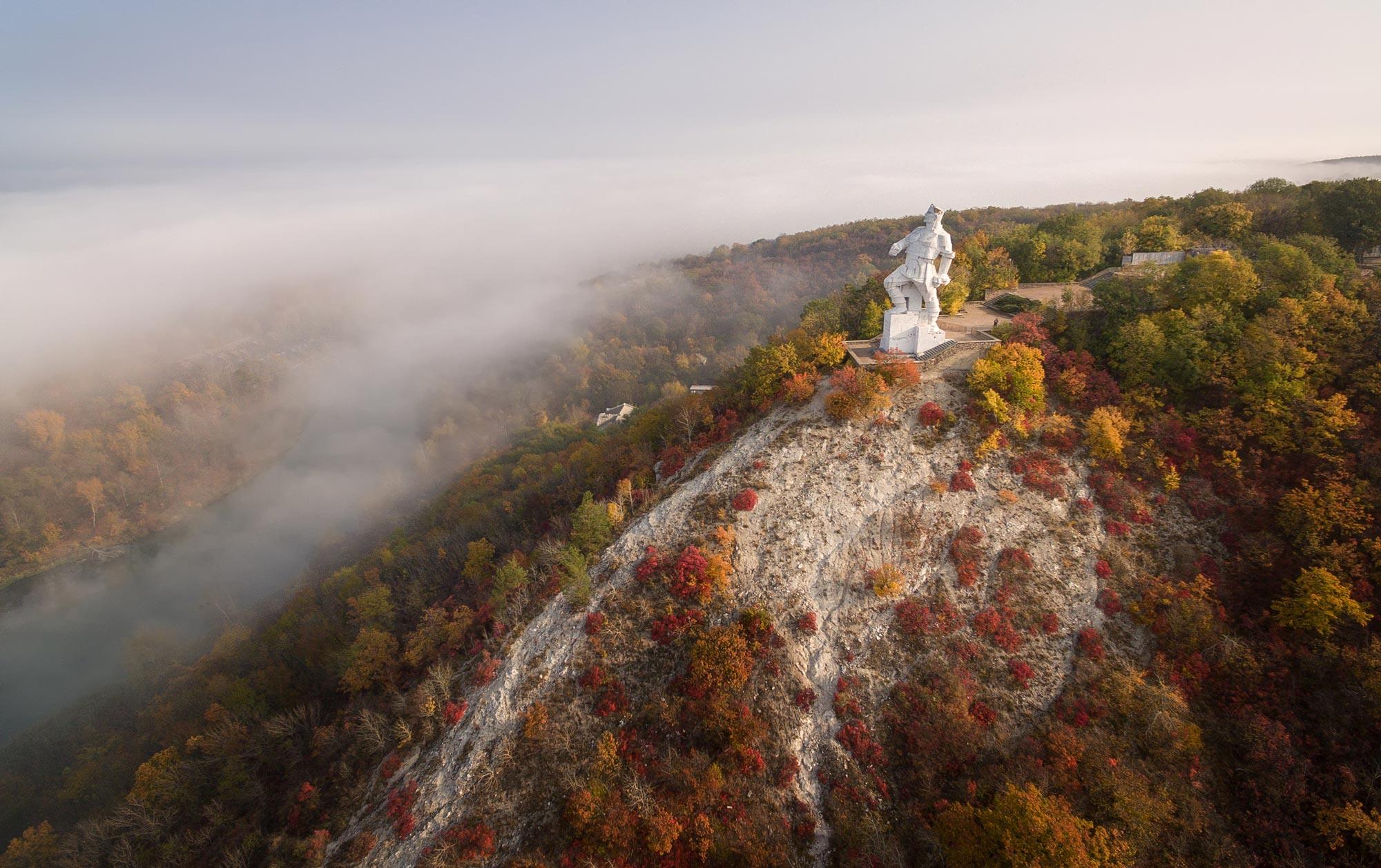 tourism in donbas artem monument - <b>Каякінг, вечірки в Маріуполі та дикий кемпінг.</b> Куди поїхати відпочивати на Донеччині - Заборона