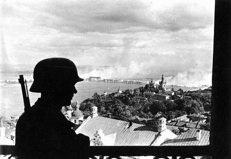bundesarchiv bild 183 l20208 ukraine kiew deutscher wachposten auf der zitadelle - <b>Бабин Яр дав нацистам план масових убивств. Аушвіц став продовженням — </b>розповідаємо про головні меморіали Голокосту - Заборона