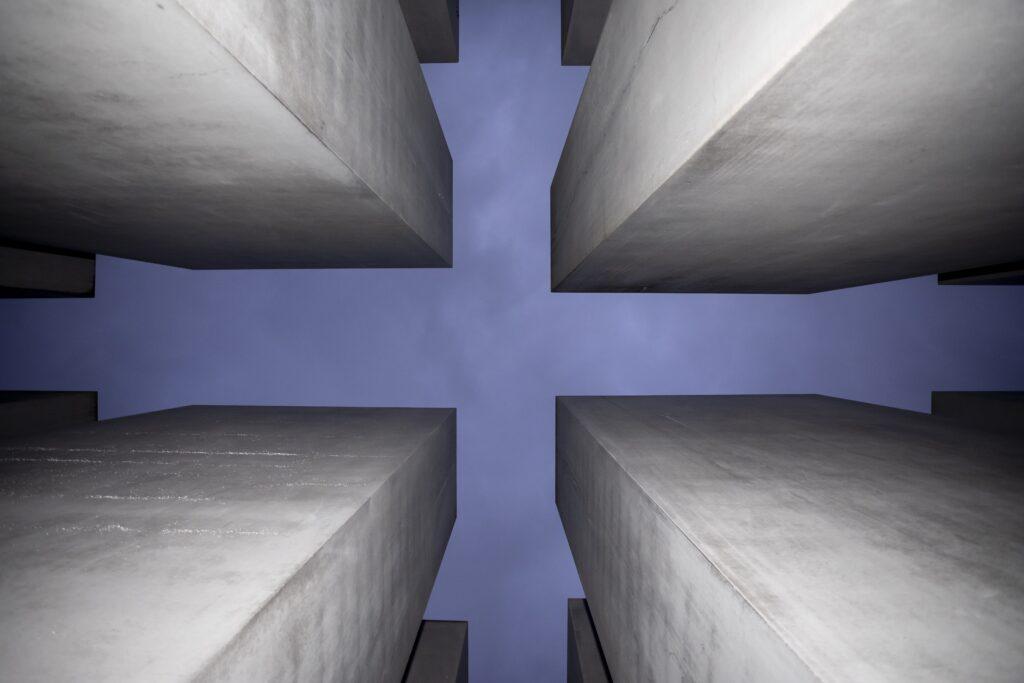 gettyimages 1195389066 1024x683 - <b>Бабин Яр дав нацистам план масових убивств. Аушвіц став продовженням — </b>розповідаємо про головні меморіали Голокосту - Заборона