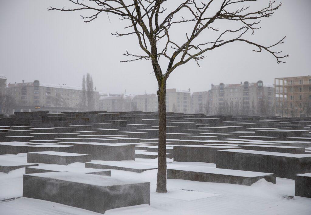 gettyimages 1231042072 1024x708 - <b>Бабин Яр дав нацистам план масових убивств. Аушвіц став продовженням — </b>розповідаємо про головні меморіали Голокосту - Заборона