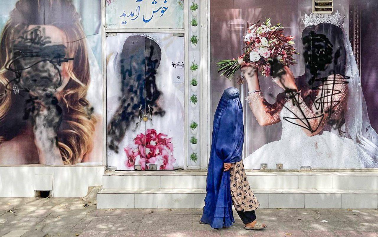 gettyimages 1234785576 - <b>Жінки Афганістану майже тиждень протестують за рівні права.</b> «Талібан» пустив у хід кийки та сльозогінний газ - Заборона