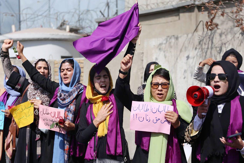 gettyimages 1235043892 - <b>Жінки Афганістану майже тиждень протестують за рівні права.</b> «Талібан» пустив у хід кийки та сльозогінний газ - Заборона