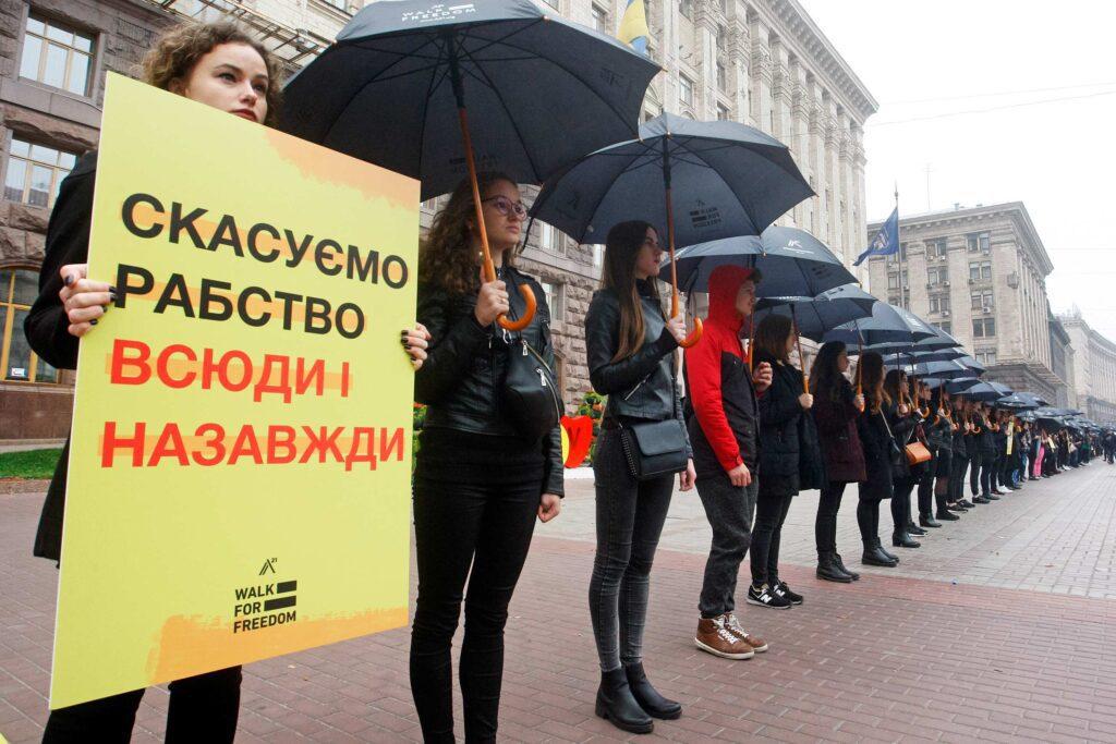 gettyimages 1052604798 1024x683 - <b>Хотіли роботу — втратили свободу.</b> Як українці потрапляють у трудове рабство та чому ця проблема ширша, ніж здається - Заборона